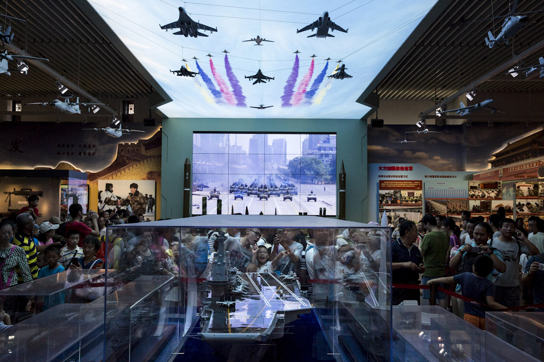 2017年8月1日,遊客到北京軍事博物館參觀一個特別為人民解放軍建軍90週年而設的展覽,其中包括航空母艦模型。