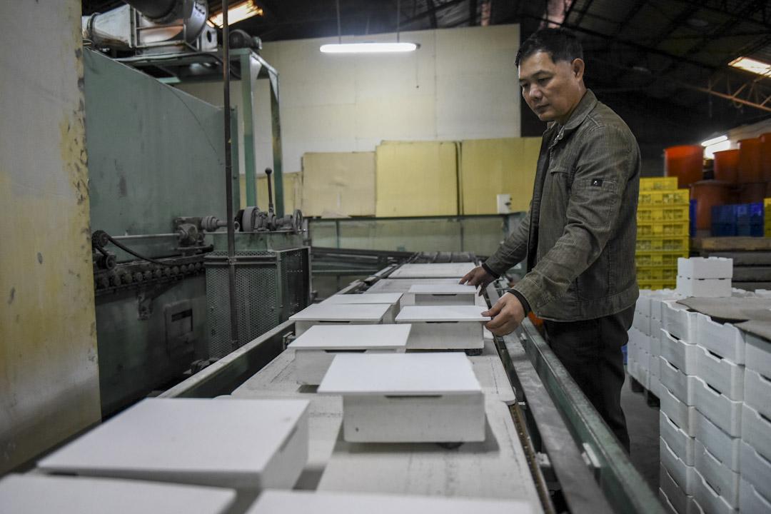 清輝窯是鶯歌傳承第三代的陶瓷廠,80年代前六成台灣小吃店都用他們的碗,後來因為開放大陸瓷器進口飽受衝擊,進而轉型發展精密科技業,包括軍武、航太、電子產業。圖為清輝窯有限公司第三代林正誠。 攝:YEH G.E/端傳媒