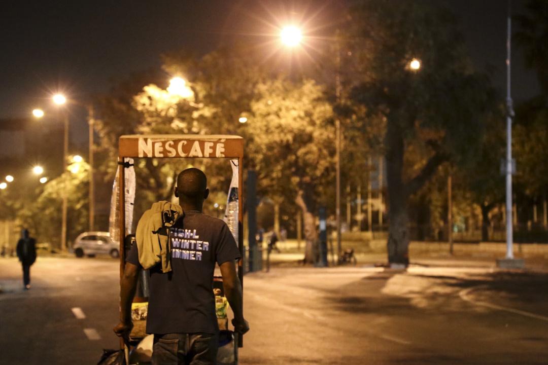 塞內加爾首都,推車販賣雀巢飲品的小販。當地許多推車小販向中國中盤商批貨,販賣給當地人、觀光客、與上岸的漁工。