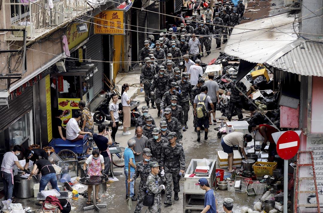 2017年8月25日,澳門政府提請中央政府批准澳門駐軍協助澳門救助災害,於當天解放軍立即協助市民一起進行災後的各項援助和建設工作。 攝:Tyrone Siu/Reuters