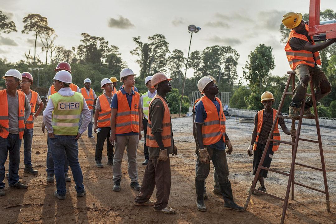 雖然工程進行需僱傭喀麥隆員工時,公司會優先考慮本地員工,並且滿足政府提出的30%員工來自克里比本地的需求。但這樣的優先僅僅是在條件相同的情況下。比如操縱大型機械這樣的工作,會要求之前有一定的工作經驗。而有這樣資質的喀麥隆工人,往往不是土生土長的本地人。