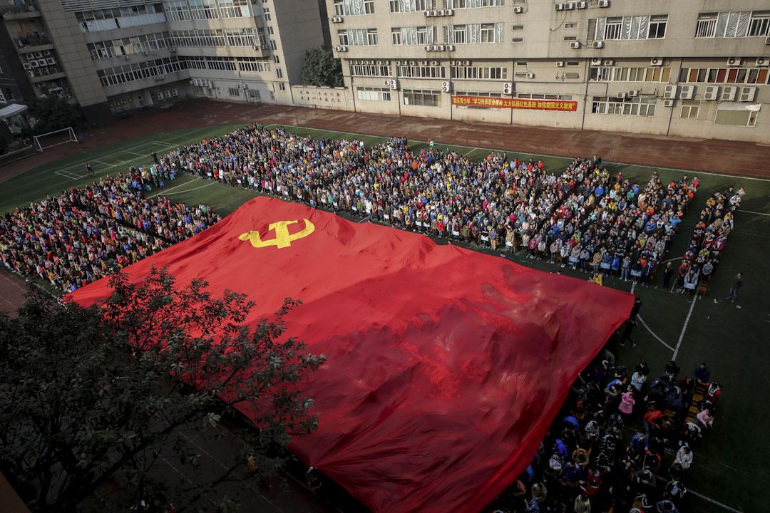 2016年2月24日,一間中學的3000多名學生於開學典禮上,展示一幅巨型中國共產黨旗幟,及聽取愛國主義教育演講。