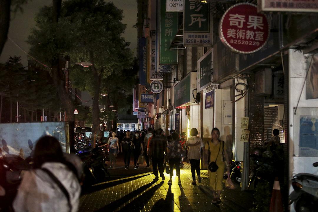 2017年8月15日,台灣,停電問題晚間造成新北市板橋區道路號誌異常,文化路一帶的店家都歇業。
