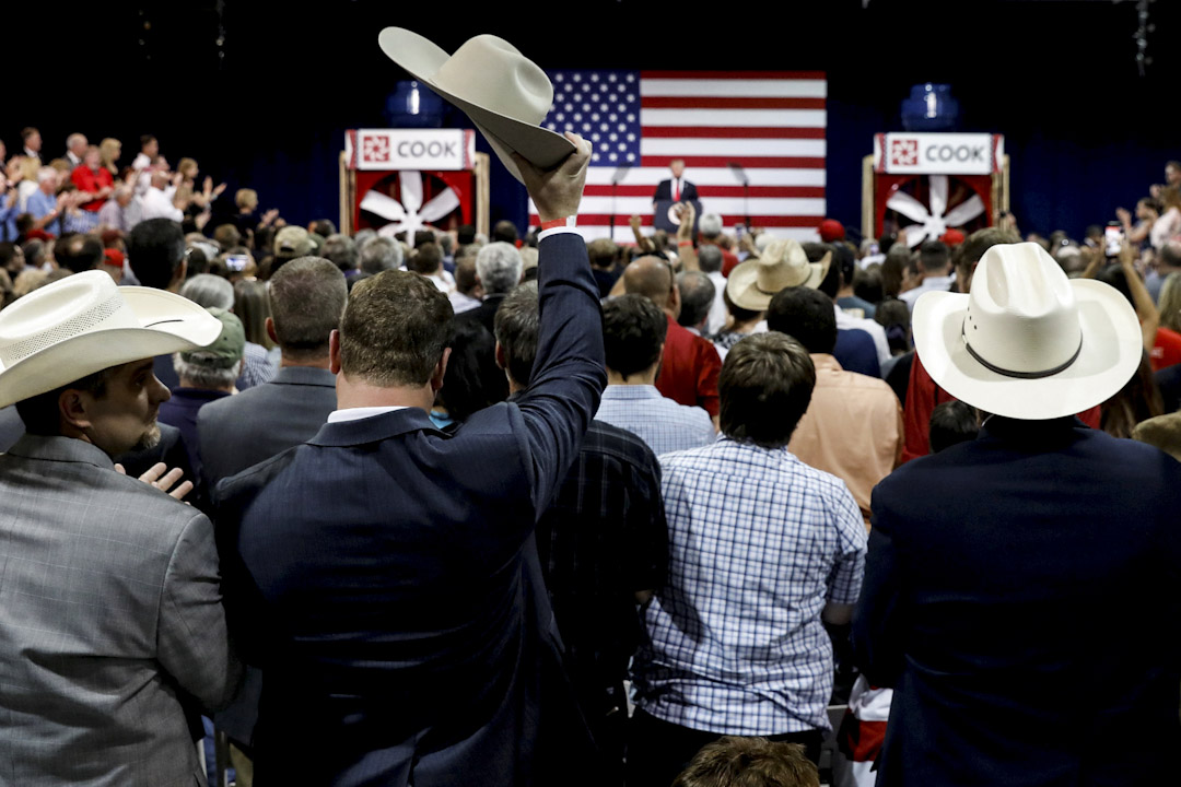 2017年8月30日,美國密蘇里州城市斯普林菲爾德,一名特朗普支持者在他發表有關稅制改革的演說中舉起牛仔帽,以示支持。