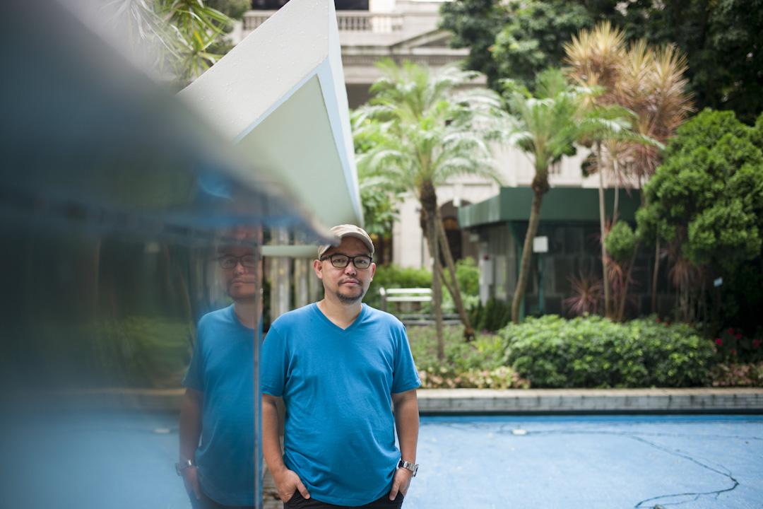 44歲的 Eman,在18歲那年首次踏足香港,從此開始了26年的菲傭生活。1991年,他在香港工作的姨媽幫他找了一份做家傭的工作,在新界的一座2000呎海景豪宅。他於是漂洋過海,成為香港4000多名男性菲律賓家庭傭工之一。 攝:林振東/端傳媒