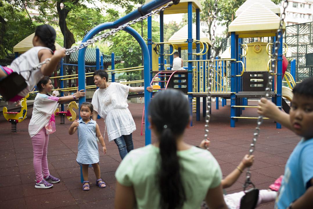 王惠芬到訪佐敦一個少數族裔聚集的公園,十多年前曾經常在那裡接觸流連街上的南亞裔少年。 攝:林振東/端傳媒