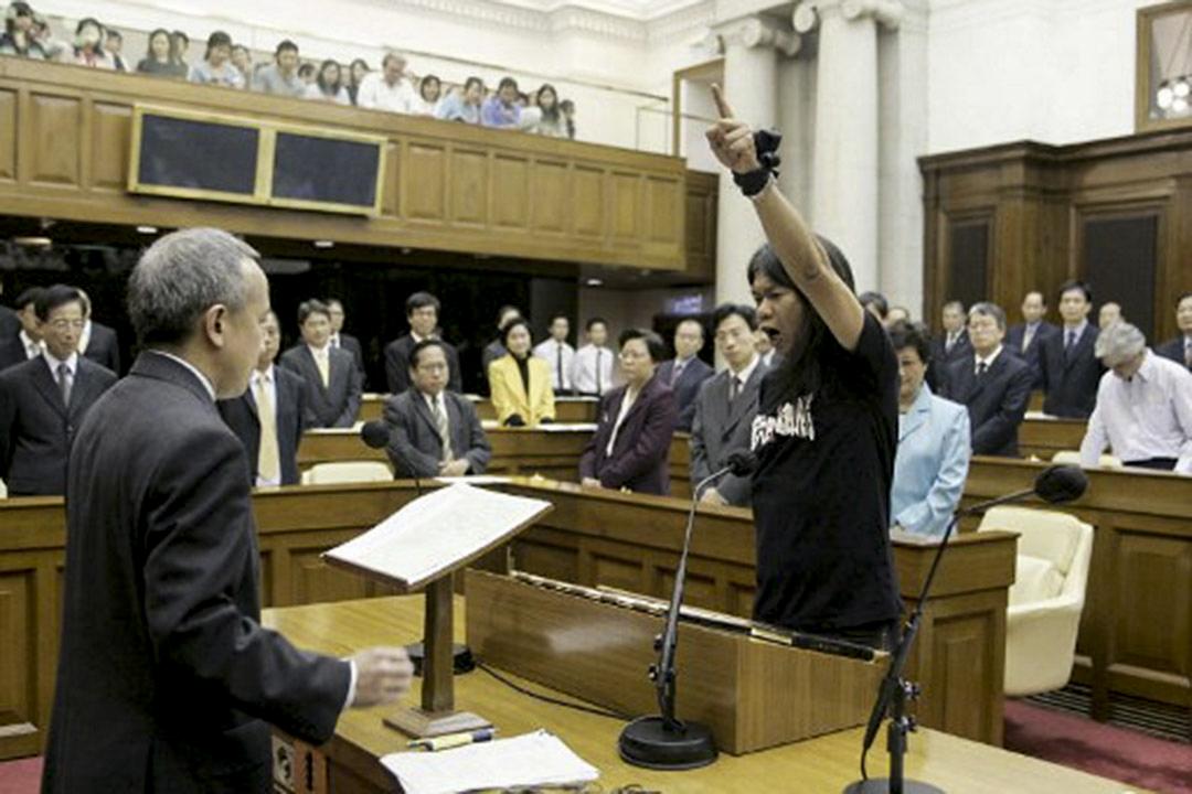 2004年,梁國雄於立法會宣誓就任時修改誓詞。
