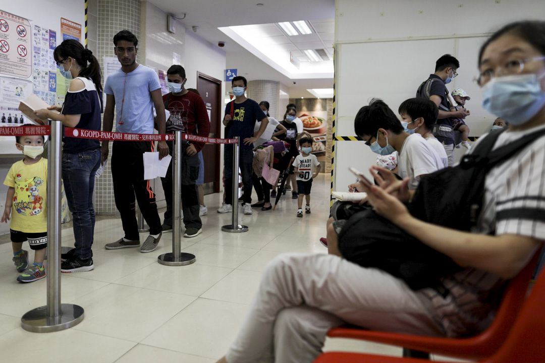 香港每年大約在冬季和夏季會出現季節性流感高峰期。今年冬季流感高峰期間,內科住院病床平均入住率亦曾逹到109%。 攝:Stanley Leung/端傳媒