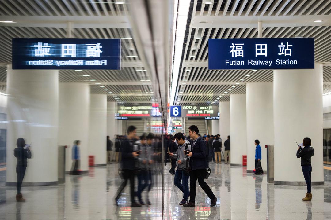 據有線新聞報導,內地福田站由早期規劃直至2015年6月,均有預留空間設置口岸,但在2015年6月宣布因「會在香港實施一地兩檢」,相關空間改變用途。 攝:劉壹 / 東方IC