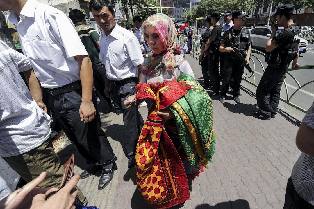 2010年7月2日,新疆烏魯木齊的漢維衝突一周年,清真寺外聚集了不少穆斯林維吾爾族人,武警持槍戒備。