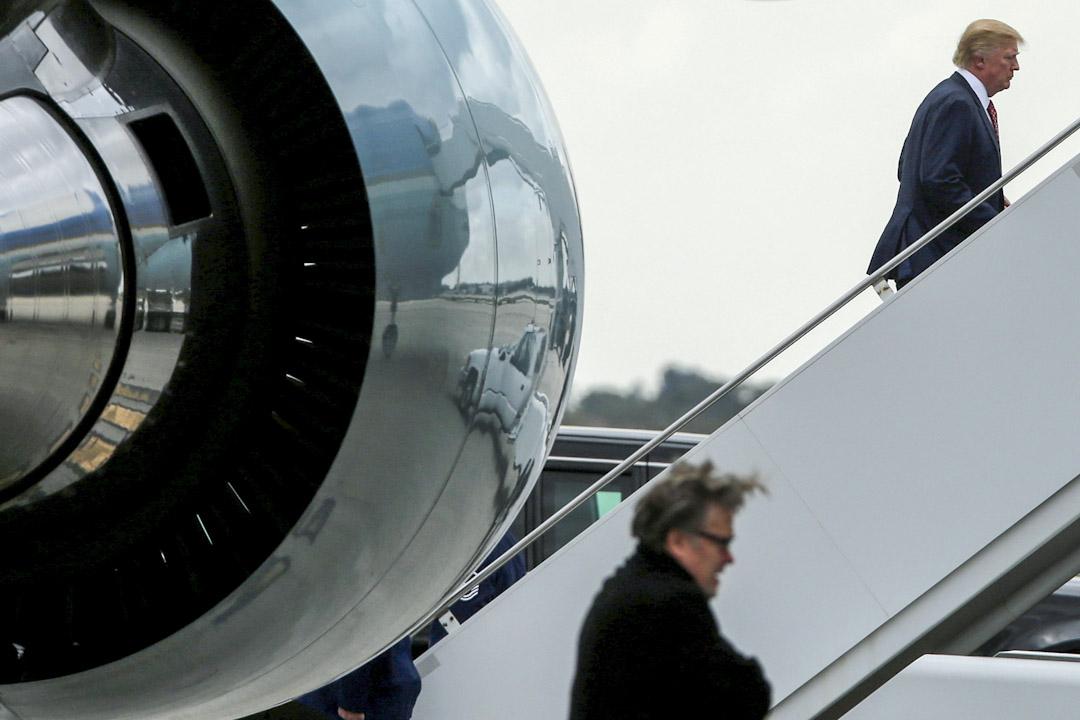 2017年3月5日,特朗普踏上總統專機空軍一號,前首席策略顧問班農在後方。