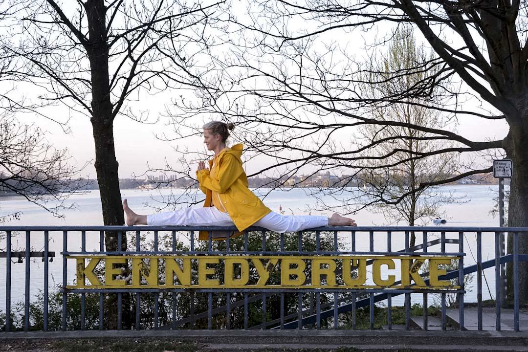 瑜珈抗爭主旨是「Bridges to Humanity」,因在漢堡擁有世界上最多的橋梁,被譽為『世界橋城』,他們希望在人與人之間建立溝通理解的橋梁,反對任何形式隔絕人和國家的牆,主張更多的對話和溝通,而不是對峙。