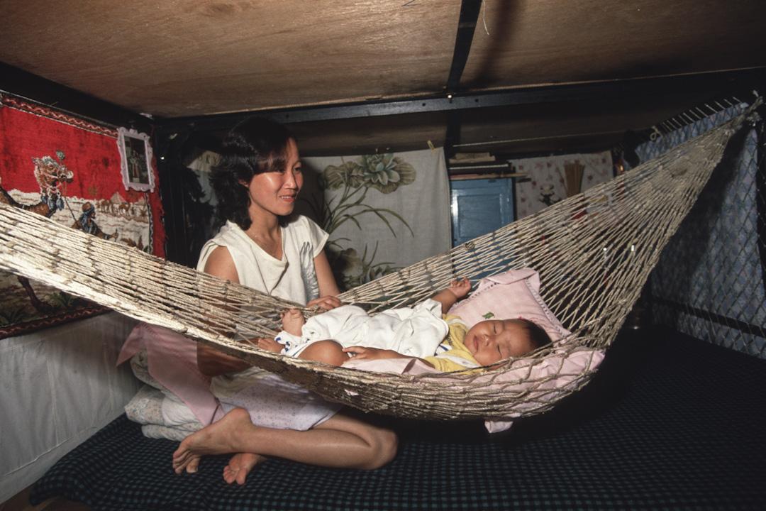 越南船隻難民在香港島上的一個營地。1975年以來,共產主義的北越戰敗了美國支持的南方,20多萬越南難民在70年代末80年代抵達香港。聯合國難民委員會自1975年以來一直幫助安置了超過十三萬三千人,在美國和澳大利亞。照片攝於1989年4月1日的香港。