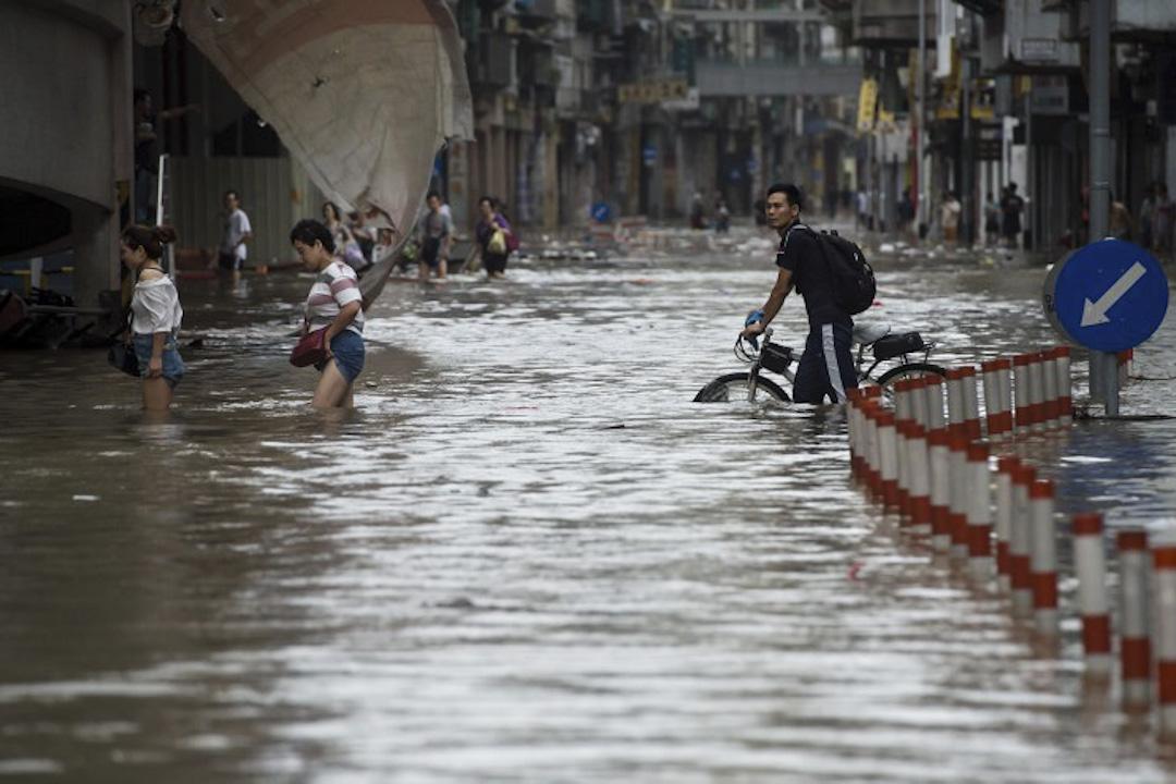 2017年8月23日,澳門受颱風「天鴿」影響,澳門海陸空交通中斷,海水倒灌,街上的市民需在水中澗水行走。