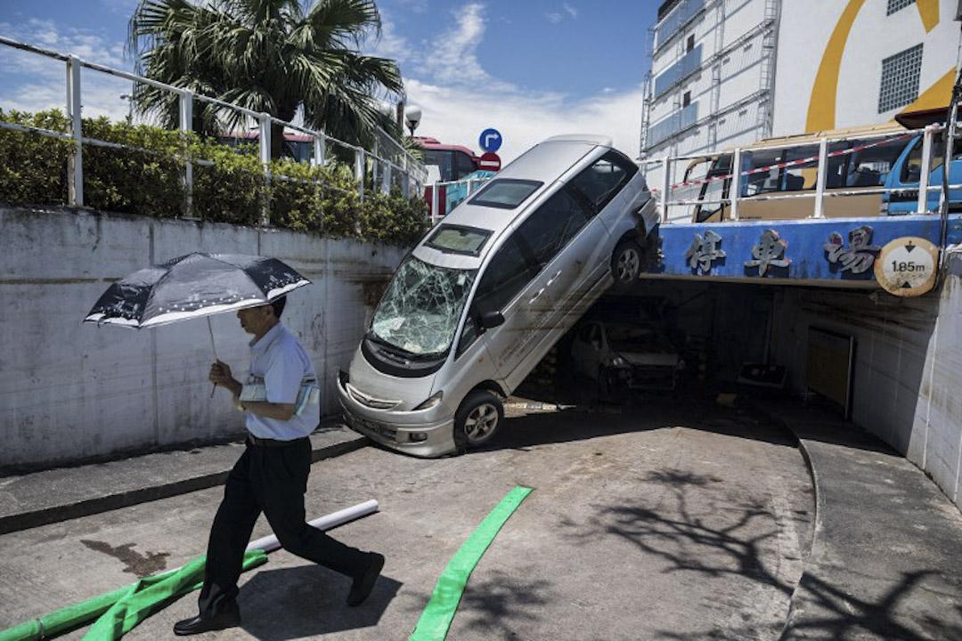 2017年8月26日,路上有車因颳風而吹至懸掛在隧道前,於風災後三天仍未有政府人員清理。