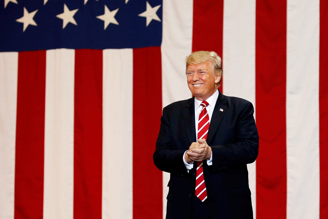 美國總統特朗普22日晚上於亞利桑那州首府鳳凰城(Phoenix)出席集會,期間表達興建美墨邊境圍牆,杜絕墨西哥非法移民入境的決心。 攝:Joshua Roberts / Reuters
