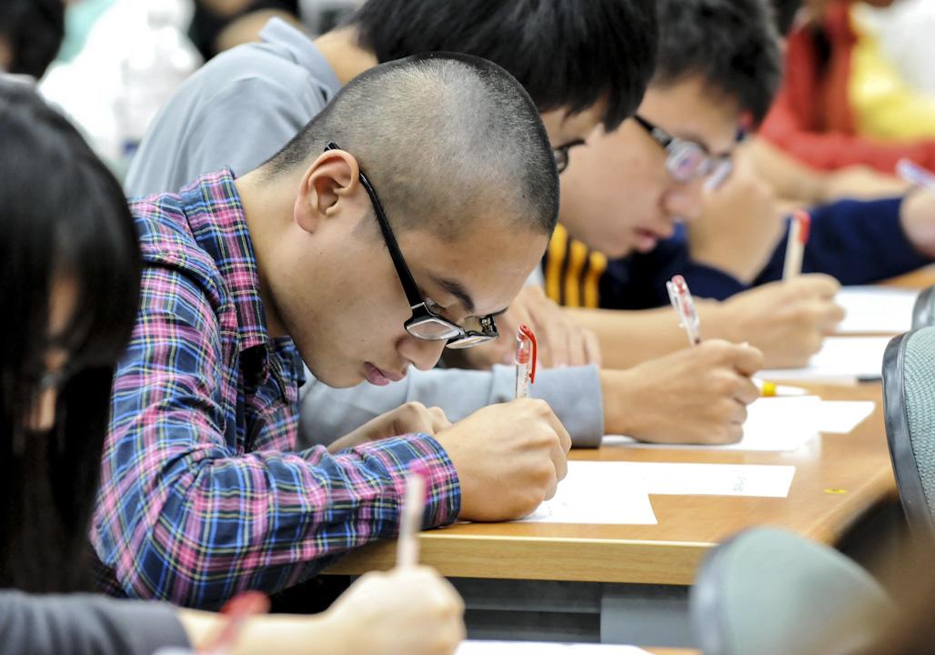 高中國文文言文比率引發爭議,圖為台北一所高中生的上課情況。 攝:Mandy Cheng/AFP/GettyImages