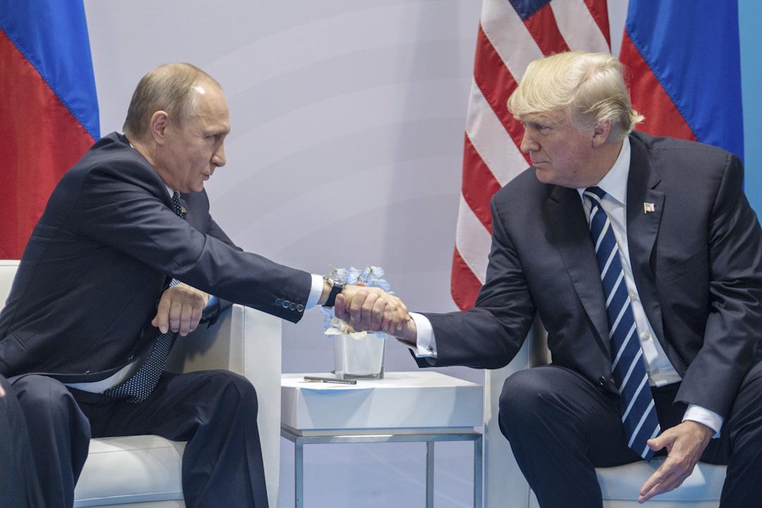 俄羅斯總統普京在接受電視台訪問時表示,由於美國對俄的不友善政策,755名美國外交人員將不得不在9月1日前離開俄羅斯。圖為2017年7月7日,普京與美國總統特朗普於G20峰會期間會面。 攝:Dmitry Azarov/Kommersant via Getty Images
