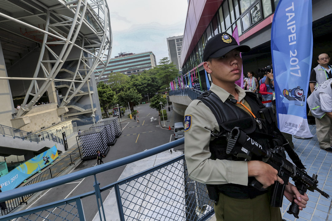 2017年世界大學運動會在台北舉行,場外有武警持槍戒備。 攝:Eason Lam / Reuters