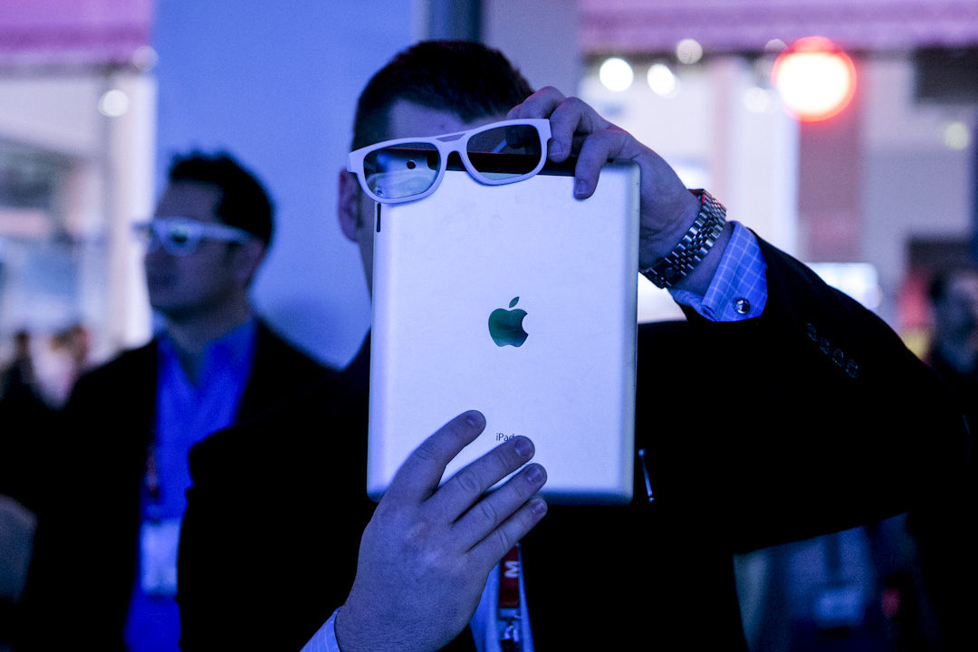 蘋果提供了設備和通道,真正的購買關係是用戶和開發者之間形成的,蘋果商店提供了一個通道。但現在問題是蘋果這家公司,可以在買賣雙方完全同意的情況下,只要蘋果不同意,用戶就得不到這個app,因為iPhone是封閉系統,除了通過app store,用戶沒辦法把app裝到自己手機上。 攝:Andrew Harrer/Bloomberg via Getty Images