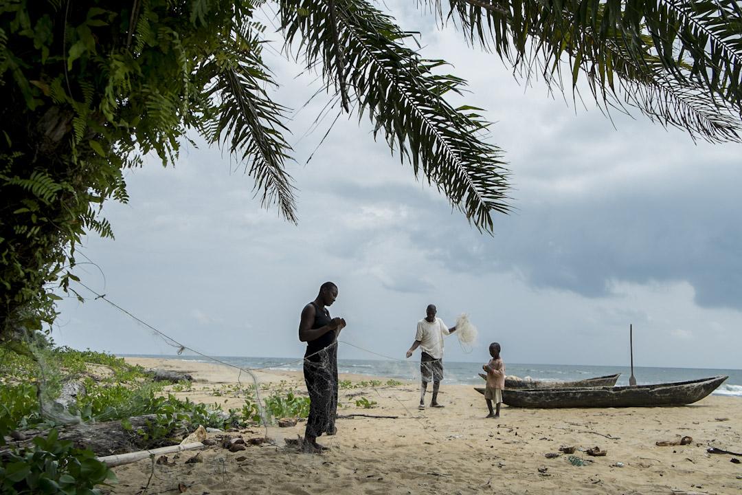 對於Lolabe的村民來說,是採摘、打漁和狩獵。村邊就是海岸,十年前,村民們會拖着自己製作的木船去房前屋後的海岸打漁。2000年左右起,一個接一個的工程項目讓魚群開始慢慢減少。港口施工開始後,由於工程噪音和對近海海岸線的改變,靠近村子的地方几乎沒有魚群了。