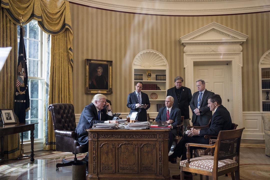 2017年1月28日,特朗普在白宮辦公室内與普京通電話,其中六個人,三分之二已經離開白宮(按順序是前國安顧問弗林、前白宮發言人史派瑟、前白宮幕僚長普利巴斯、前首席策略顧問班農),只剩下特朗普與副總統彭斯二人。