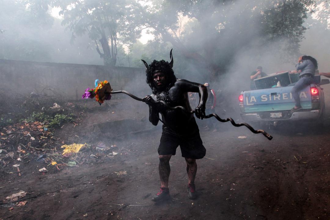 2017年8月1日,在尼加拉瓜首都馬納瓜,為紀念當地的天主教「守護聖人」聖多明各,一名信徒頭戴牛角裝飾,並把汽油塗上全身,以茲慶祝。