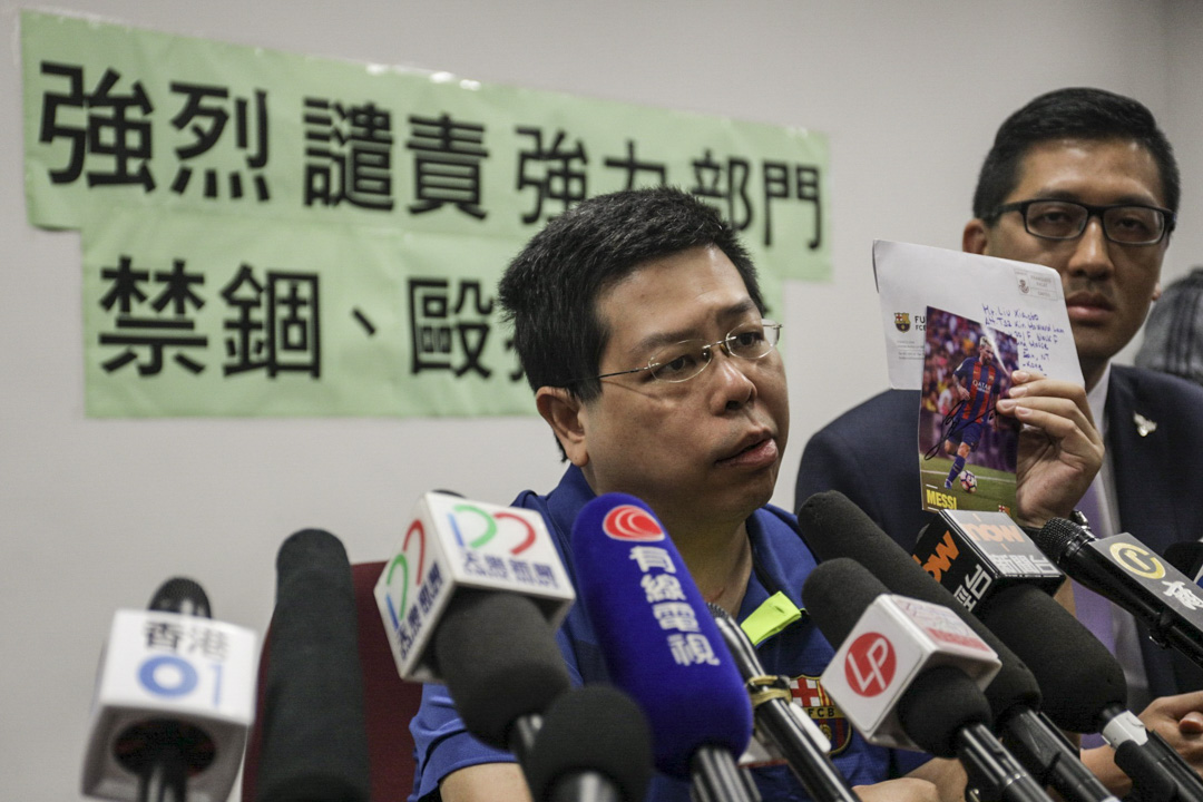 民主召開記者會,指黨員林子健疑被國內執法人員擄走禁錮,期間被毆打恐嚇,林子健並向記者展示大腿上的釘書釘。 攝:Stanley Leung/端傳媒