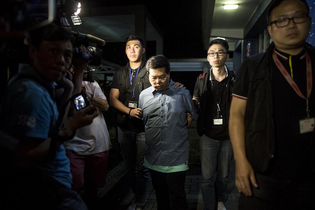 2017年8月15日,重案組探員將被捕的林子健由旺角警署,押送到位於馬鞍山錦豐苑錦萱閣的寓所進行搜屋調查。