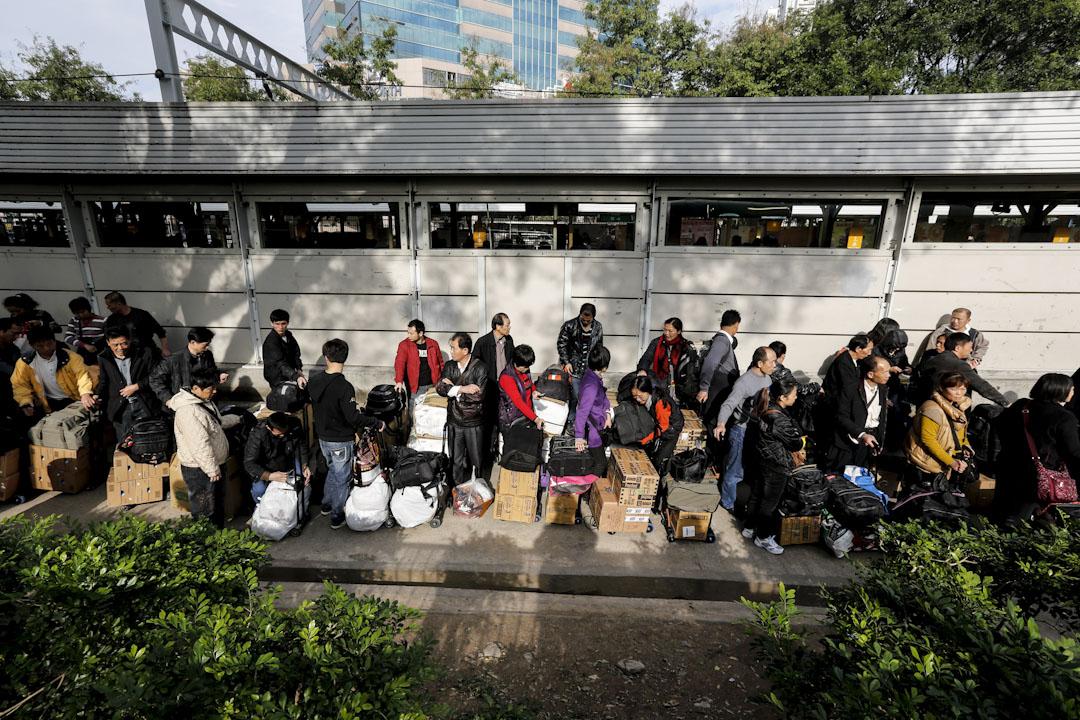 水貨客是從香港利用各種途徑運送貨物到中國大陸,引致對香港各區市民的日常生活造成的各種滋擾及社會問題。2012年高峰期時候,上水火車站外長期由水貨客霸佔引起當區市民不滿。 攝:林振東/端傳媒