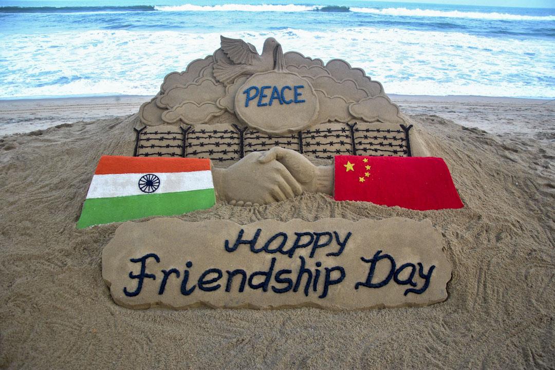 一名沙雕藝術家於印度洋一個沙灘上創作了一個傳播中印友誼信息的作品。 攝:STR/NurPhoto via Getty Images
