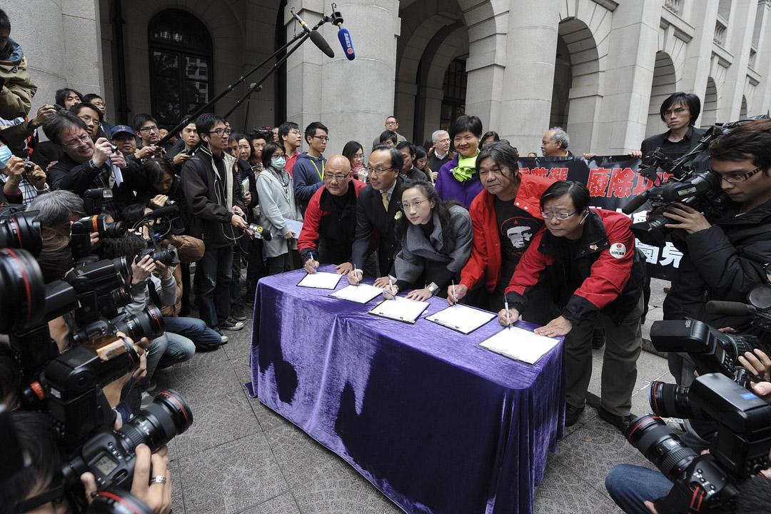 2010年1月,梁國雄連同陳淑莊、梁家傑、黃毓民、陳偉業共五名議員辭職再參予補選,令全港5個選區都需要補選,以「變相公投」為香港政制改革、功能組別的存廢表態。