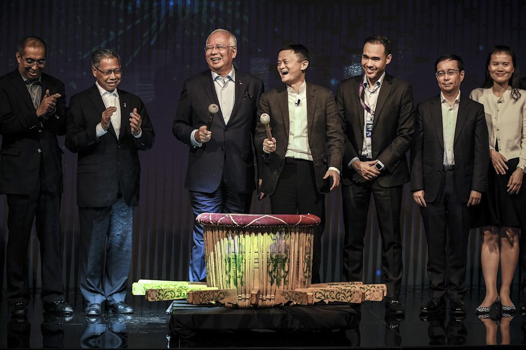 阿里巴巴於今年三月宣布,與馬來西亞數碼經濟發展機構合作,在馬來西亞打造中國以外的首個「數碼自由貿易區」。自貿區預計在2025年時,可承擔650億美元的物流,並創造6萬個工作機會。圖為阿里巴巴創辦人馬雲與馬來西亞首相納吉布在推介會上敲響馬來鼓。