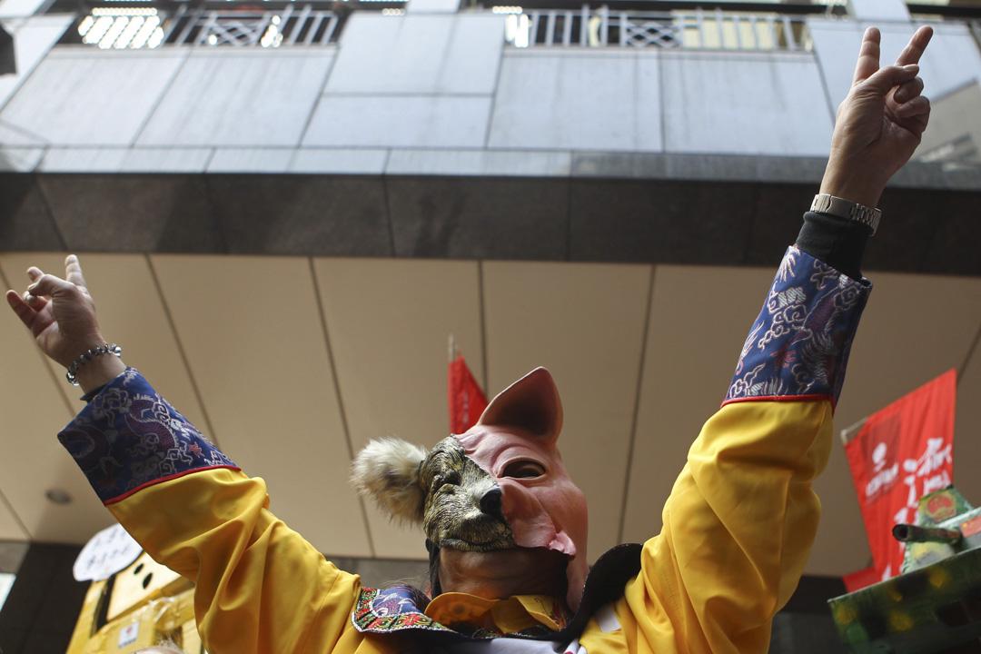 2012年3月25日,梁國在於特首選舉當天,戴上狼豬面具在投票會場投票以諷刺小圈子選舉。