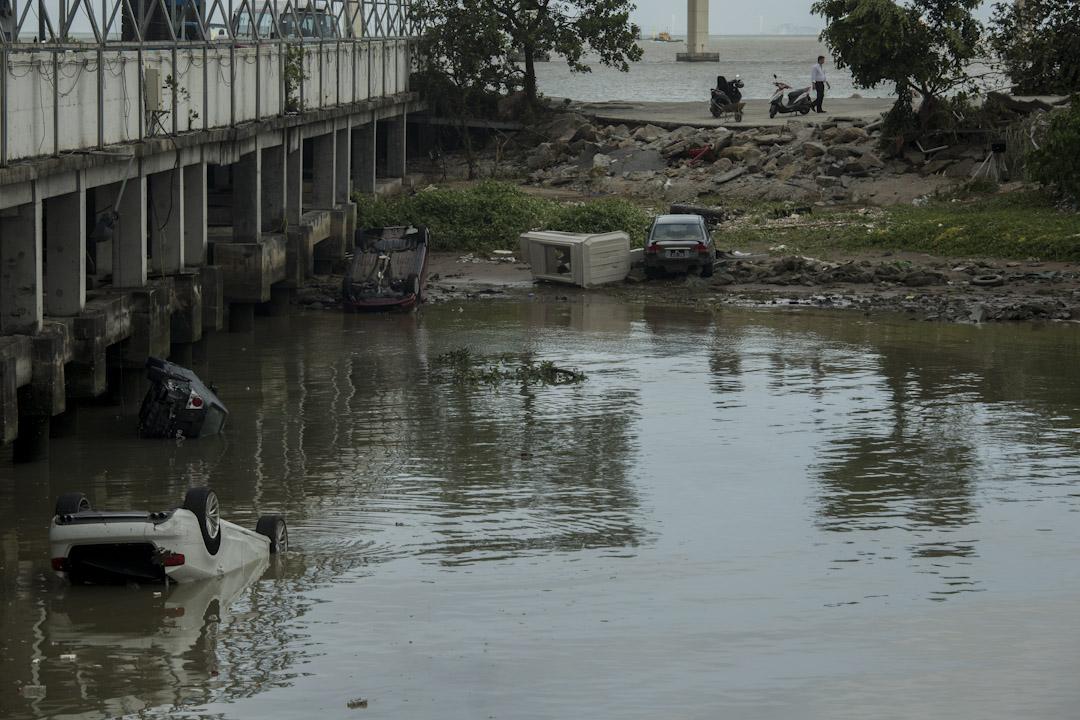 澳門漁人碼頭外,有車輛被沖至大海。