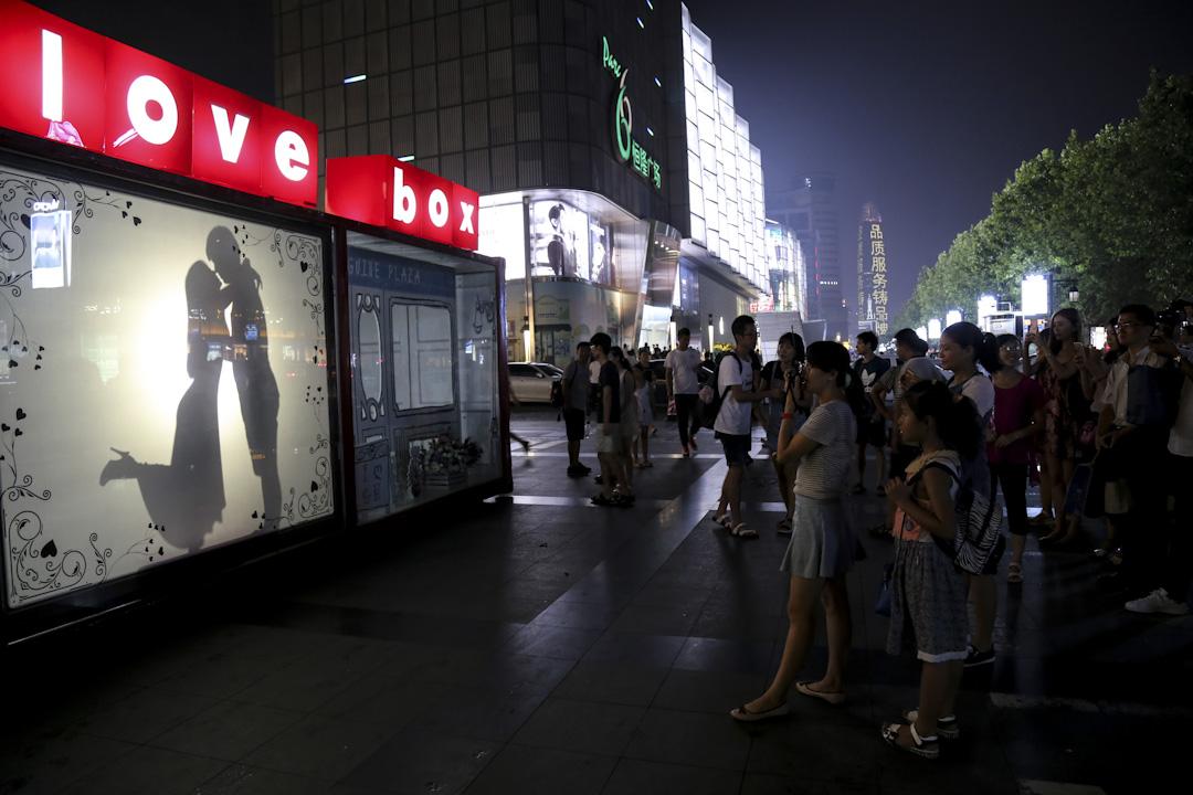 隨着商業化的發展,七夕在華人世界漸漸演變為「東方情人節」。圖為2016年,中國山東一間店慶祝七夕的環節,吸引途人圍觀。 攝: VCG via Getty Images