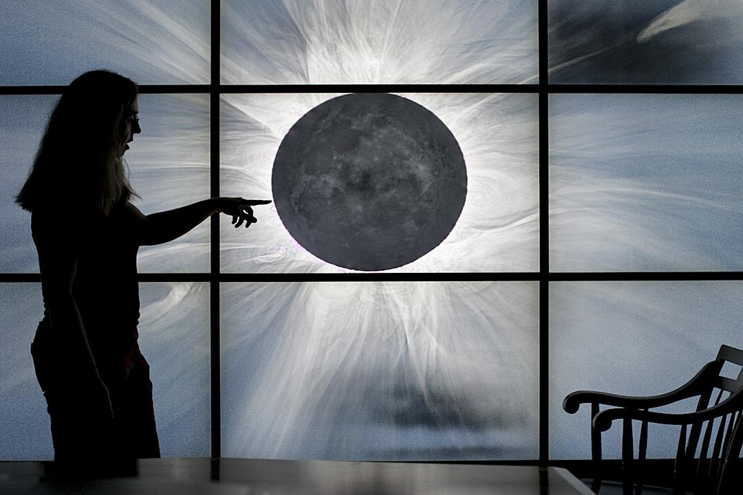 「看那些大科學家:伽利略,牛頓,愛因斯坦……有哪個是女的?」,很多人的觀念認定女孩子天生做不好科研。圖為2017年8月4日,哈佛史密森天體物理中心的女物理學家於辦公室向公眾解釋日全蝕。 攝:Suzanne Kreiter/The Boston Globe via Getty Images