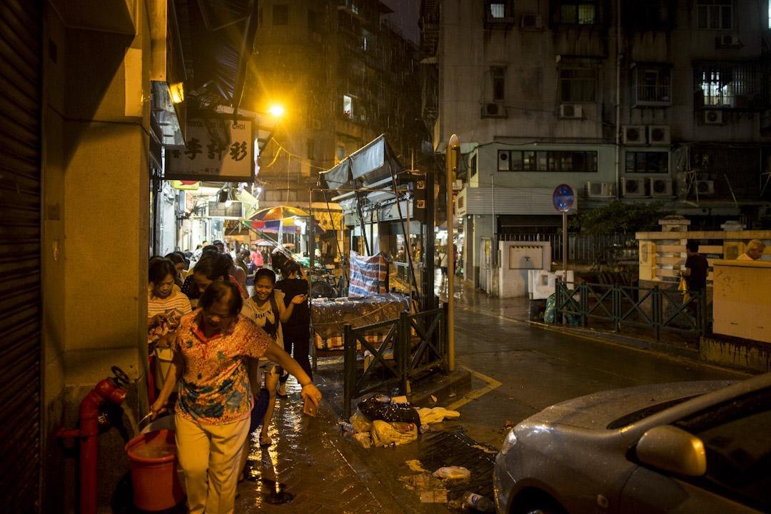 澳門下環街,晚上仍然有不少居民在排隊取水。