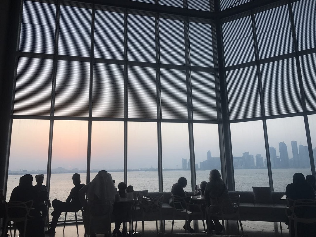 伊斯蘭藝術博物館內的咖啡廳,擁有五層樓玻璃帷幕,是旅人觀賞海景及日落的絕佳地點。