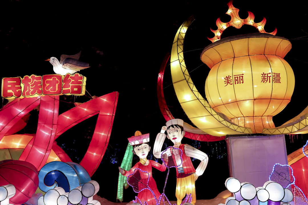2016年12月26日,烏魯木齊植物園舉行的花燈會上,有包括「民族團結」口號的燈飾。