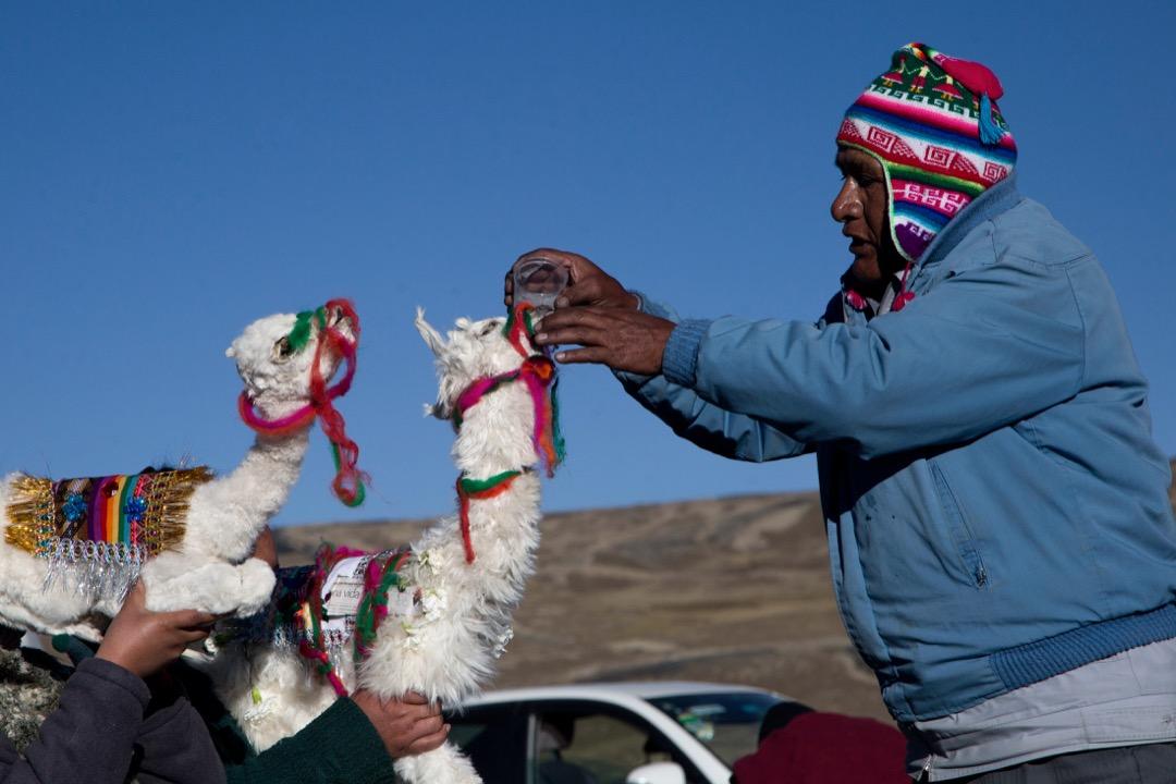 2017年8月2日,在玻利維亞拉巴斯,一個家庭的各個成員皆手持祭品,準備供奉給當地土著神祇「大地之母」帕查瑪瑪(Pachamama)。