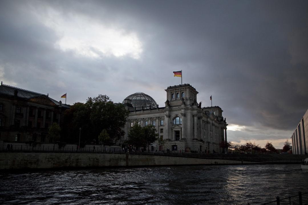 德國柏林的國會大廈的玻璃拱頂象徵著一個嘗試擺脫納粹主義歷史的德國,向著一個更統一、更民主、更重視透明度的社會進發。 攝:Thomas Trutschel/Photothek via Getty Images