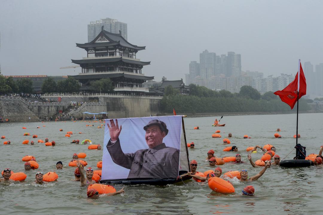 2015年7月18日,長沙近三百名游泳愛好者參加了長沙游泳活動,紀念已故國家主席毛澤東在1966年7月16日在武漢長江游泳。 攝:VCG/VCG via Getty Images