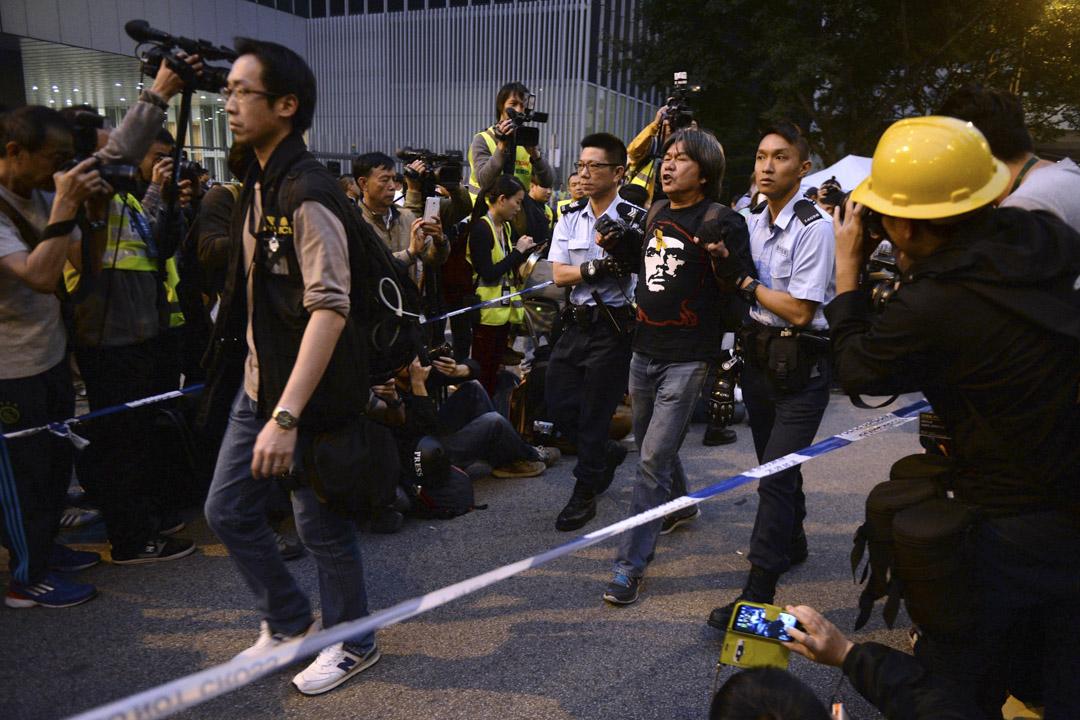2014年12月11日,政府於金鐘道清場時帶走立法會議員梁國雄,當天的清場行動正式結束維持79天的雨傘運動。
