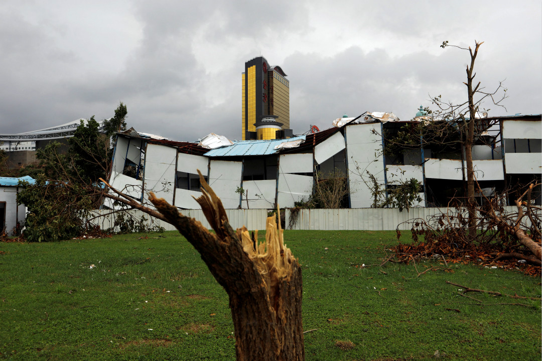8月27日,澳門,颱風「天鴿」襲擊後造成房屋損毀,樹木折斷。 攝:Tyrone Siu/Reuters