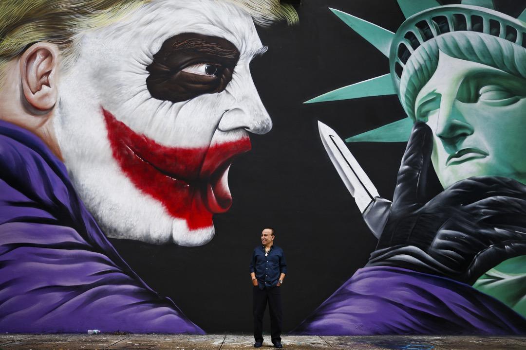 2016年9月29日,在美國弗羅里達州邁亞密市,地產發展商人 Moishe Mana 在一幅他訂做的特朗普與自由神像壁畫前拍照。