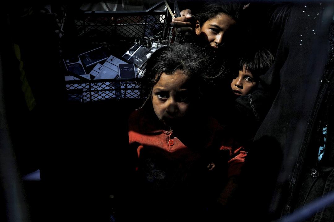 2017年8月9日,兒童在摩蘇爾以南的賈達營地等候救援物資。