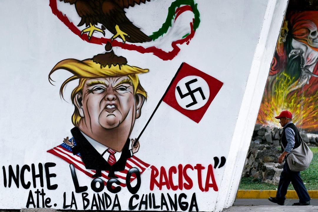 2017年6月27日,在墨西哥城,一名途人行經一幅諷刺特朗普為納粹份子塗鴉。
