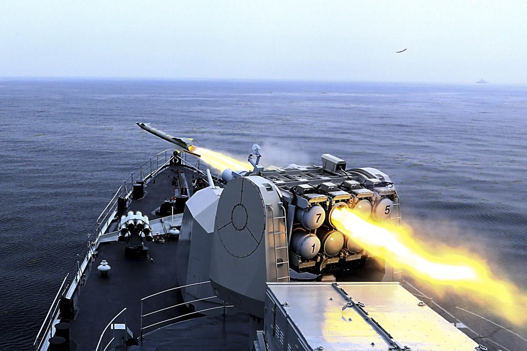 2015年7月2日,哈爾濱DDG-112護衛艦在中國山東青島舉行的黃海實彈演習中發射導彈。  攝:VCG/VCG via Getty Images