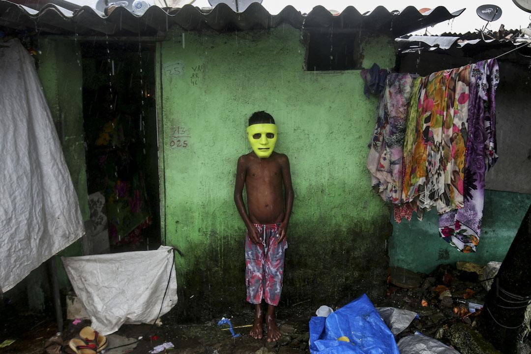 2017年8月28日,印度孟買,一名男孩在他家外的簷蓬避雨。